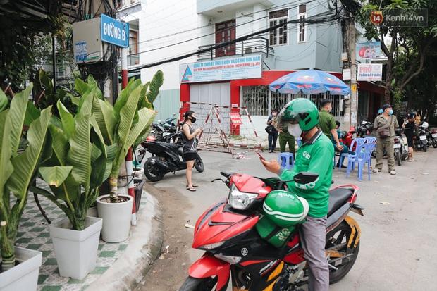 Cuộc sống của 40 hộ dân ở Sài Gòn trong ngày đầu cách ly: Bình tĩnh đón nhận, ngồi trước nhà nhưng vẫn đeo khẩu trang - Ảnh 8.