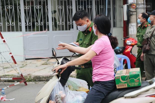 Cuộc sống của 40 hộ dân ở Sài Gòn trong ngày đầu cách ly: Bình tĩnh đón nhận, ngồi trước nhà nhưng vẫn đeo khẩu trang - Ảnh 11.