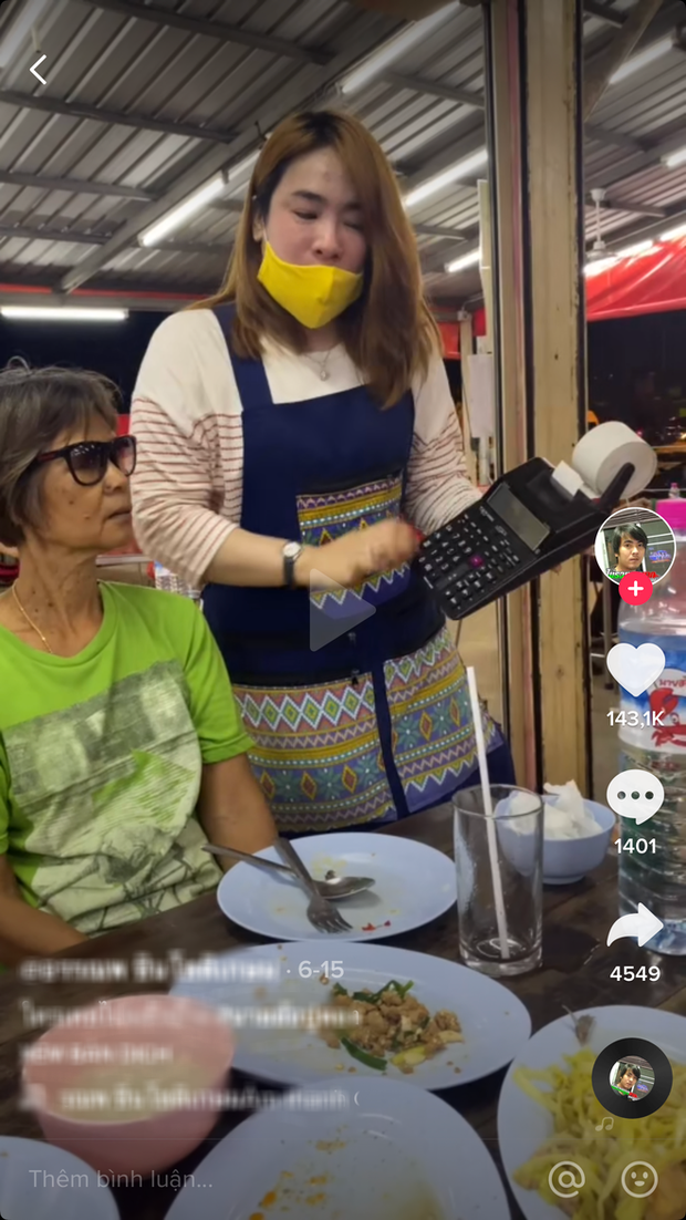 """Bấm máy tính tiền """"nhanh hơn tốc độ ánh sáng"""", một quán ăn ở Thái Lan khiến dân mạng nghi ngờ vì """"diễn quá lố""""? - Ảnh 1."""