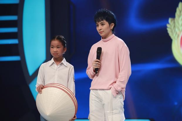 Trấn Thành, Hari Won, Ngô Kiến Huy tài trợ học bổng cho cô bé bị cha bỏ rơi, mưu sinh với mẹ và bà bị bệnh nặng - Ảnh 1.