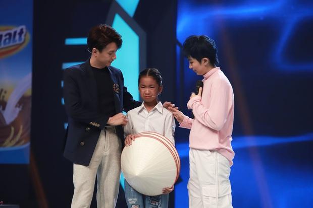 Trấn Thành, Hari Won, Ngô Kiến Huy tài trợ học bổng cho cô bé bị cha bỏ rơi, mưu sinh với mẹ và bà bị bệnh nặng - Ảnh 4.