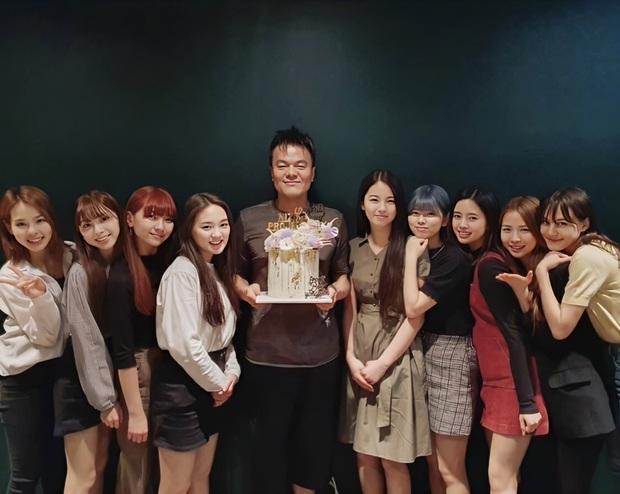"""Nhóm """"em gái"""" TWICE lập kỷ lục khủng ở Nhật, JYP không được khen mà còn bị Knet chỉ trích: """"Chẳng khác gì giết tương lai của Kpop"""" - Ảnh 3."""