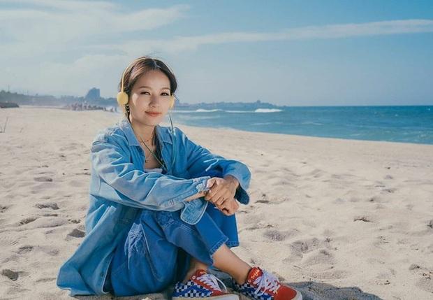 Đã 41 tuổi nhưng chị đại Lee Hyori vẫn diện ngon ơ loạt outfit xì tin chơi bời, gái đôi mươi chưa chắc đã đuổi kịp - Ảnh 1.