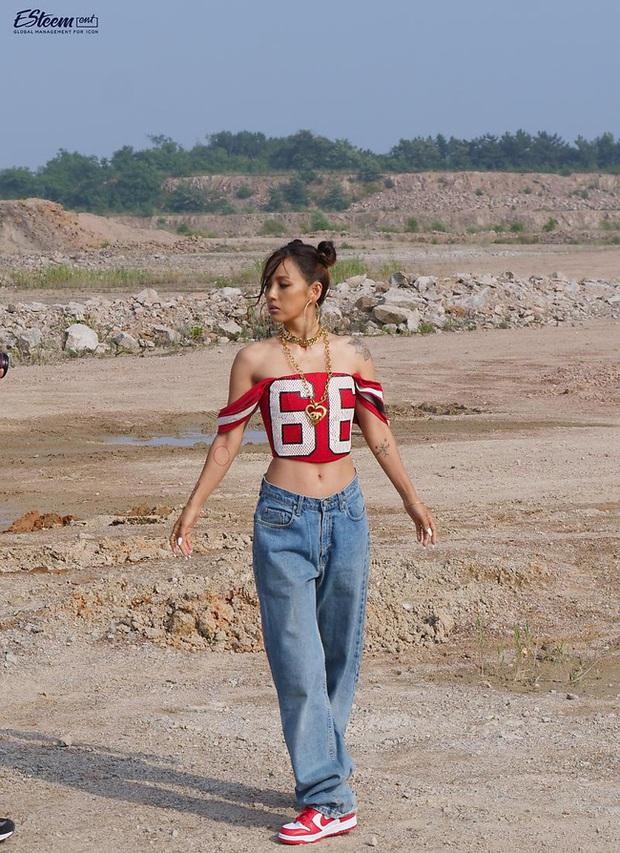Đã 41 tuổi nhưng chị đại Lee Hyori vẫn diện ngon ơ loạt outfit xì tin chơi bời, gái đôi mươi chưa chắc đã đuổi kịp - Ảnh 2.