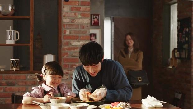 Review Flower Of Evil: Nội dung hấp dẫn nhưng chưa đủ ấn tượng, diễn xuất của Lee Jun Ki cứu cả bộ phim - Ảnh 6.