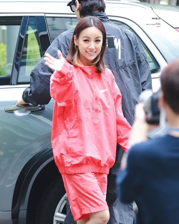 Đã 41 tuổi nhưng chị đại Lee Hyori vẫn diện ngon ơ loạt outfit xì tin chơi bời, gái đôi mươi chưa chắc đã đuổi kịp - Ảnh 6.