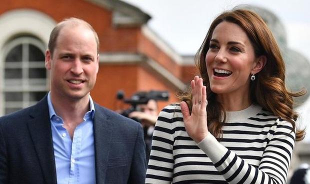 Hoàng tử William thừa nhận từng làm Công nương Kate giận tím mặt vì món quà tặng hồi còn hẹn hò, đến giờ vợ vẫn nhắc chuyện cũ - Ảnh 2.