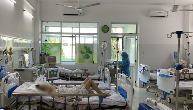 Chùm ảnh đặc biệt trong tâm dịch Đà Nẵng: Bác sĩ tất bật vào ca, nhân viên y tế xếp hàng dài xung phong vào khu cách ly chống Covid-19 - Ảnh 10.
