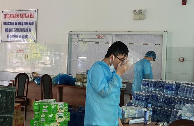 Chùm ảnh đặc biệt trong tâm dịch Đà Nẵng: Bác sĩ tất bật vào ca, nhân viên y tế xếp hàng dài xung phong vào khu cách ly chống Covid-19 - Ảnh 18.