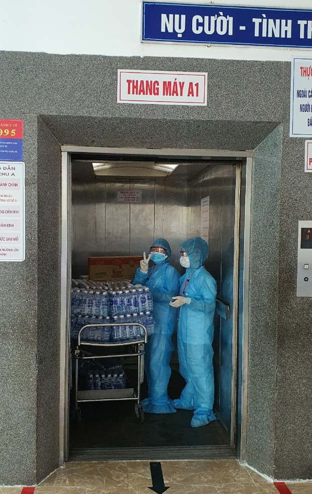 Chùm ảnh đặc biệt trong tâm dịch Đà Nẵng: Bác sĩ tất bật vào ca, nhân viên y tế xếp hàng dài xung phong vào khu cách ly chống Covid-19 - Ảnh 9.