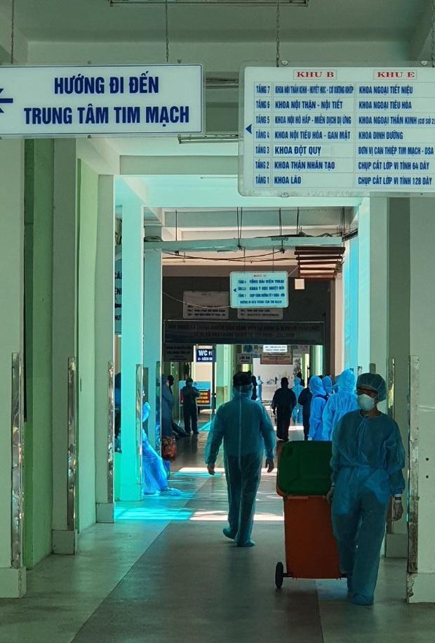 Chùm ảnh đặc biệt trong tâm dịch Đà Nẵng: Bác sĩ tất bật vào ca, nhân viên y tế xếp hàng dài xung phong vào khu cách ly chống Covid-19 - Ảnh 11.