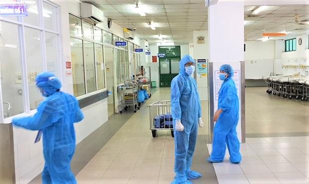 Chùm ảnh đặc biệt trong tâm dịch Đà Nẵng: Bác sĩ tất bật vào ca, nhân viên y tế xếp hàng dài xung phong vào khu cách ly chống Covid-19 - Ảnh 12.