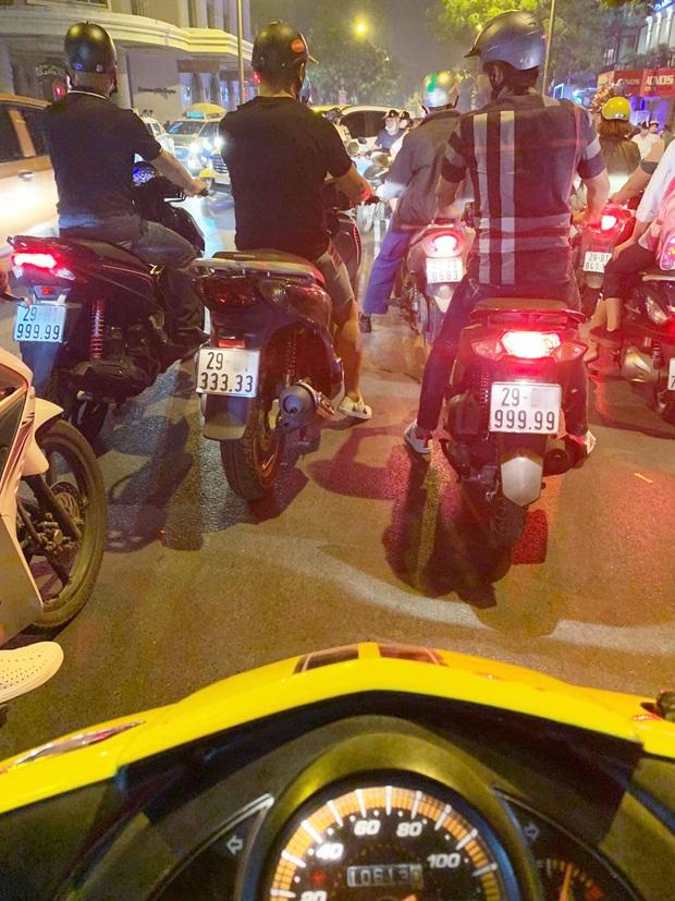 Xôn xao hình ảnh 3 chiếc xe tay ga biển ngũ quý chạy song song trên đường phố Hà Nội khiến nhiều người trầm trồ - Ảnh 1.