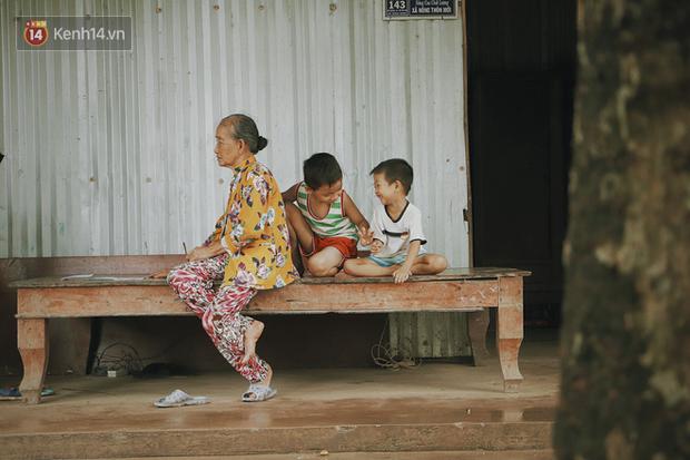 Bố mất, mẹ lặng lẽ bỏ đi khiến 2 đứa trẻ côi cút, đói ăn bên bà nội già yếu: Sao con không có bố mẹ như mấy bạn vậy nội - Ảnh 1.