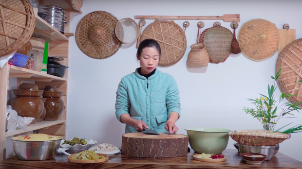 """Ngay tại Trung Quốc đã có loạt vlogger phong cách na ná Lý Tử Thất, có người còn gần như """"copy"""" nguyên si - Ảnh 23."""