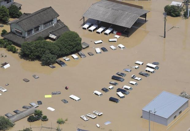Mưa lớn kỉ lục gây lũ lụt nghiêm trọng ở Nhật Bản: Nhà cửa chìm trong biển nước, người dân phải trèo lên mái chờ giải cứu - Ảnh 6.