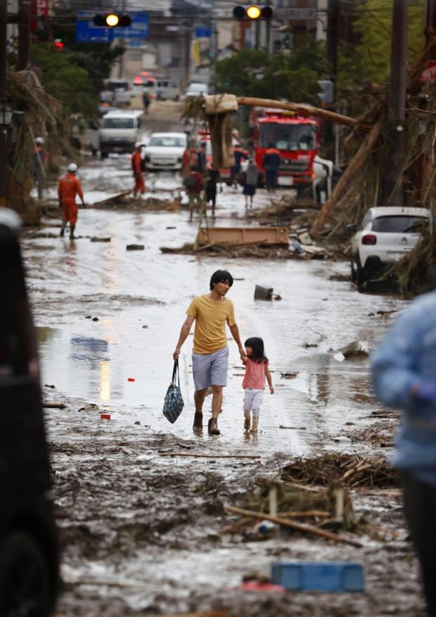 Mưa lớn kỉ lục gây lũ lụt nghiêm trọng ở Nhật Bản: Nhà cửa chìm trong biển nước, người dân phải trèo lên mái chờ giải cứu - Ảnh 7.