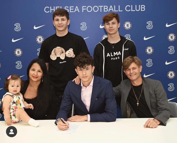 Cầu thủ gốc Thái gây sốt khi ký hợp đồng với CLB nổi tiếng thế giới: Sinh năm 2004, mang nét đẹp lai  - Ảnh 2.