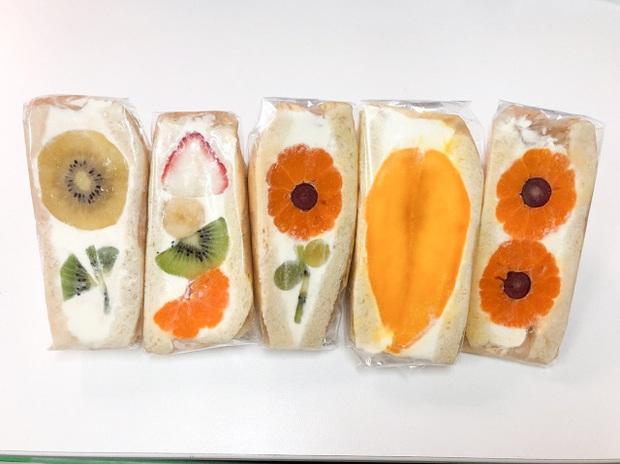 Ngỡ ngàng trước những chiếc bánh sandwich hoa đẹp như mơ, giá từ... 170k/chiếc - Ảnh 1.