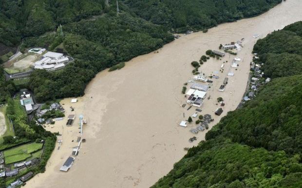 Mưa lũ nghiêm trọng ở Nhật Bản, hàng chục người mất tích - Ảnh 1.