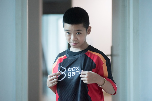 Chơi game khét lẹt, thần đồng PES 12 tuổi còn được giáo viên chủ nhiệm khen ngợi con ngoan trò giỏi, vinh danh trên MXH của trường - Ảnh 1.