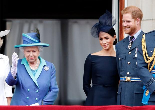 Nữ hoàng Anh bất ngờ bị chỉ trích vì lời tuyên bố của cháu dâu Meghan Markle, cuộc chiến hoàng gia bây giờ mới thật sự bùng nổ? - Ảnh 1.