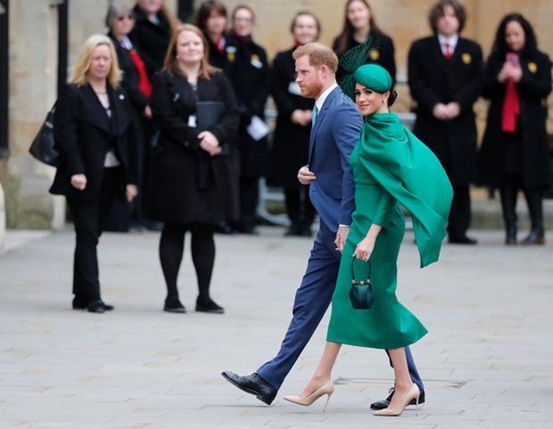 Nữ hoàng Anh bất ngờ bị chỉ trích vì lời tuyên bố của cháu dâu Meghan Markle, cuộc chiến hoàng gia bây giờ mới thật sự bùng nổ? - Ảnh 2.