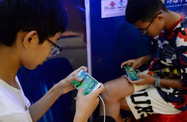 Dùng CMT giả, ra quán net, quét mặt bố mẹ khi ngủ: Muôn vàn cách thỏa mãn cơn thèm game của trẻ em Trung Quốc - Ảnh 1.