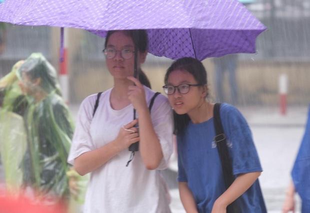 Gần 4.000 học sinh đội mưa đi thi vào lớp 10 THPT chuyên Ngoại ngữ, tắc đường kinh hoàng khiến phụ huynh mệt bơ phờ - Ảnh 1.