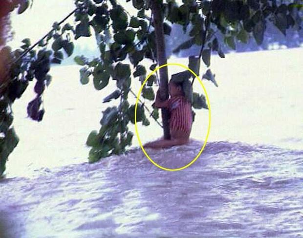 """Cuộc sống sau 22 năm của cô bé 7 tuổi kiên cường ôm thân cây suốt 9 tiếng giữa trận """"đại hồng thủy"""" năm 1998 - Ảnh 1."""