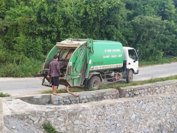 Xe dán tên công ty môi trường đổ trộm chất thải ở đảo ngọc Cô Tô - Ảnh 1.