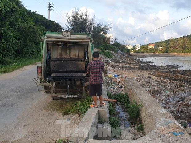 Xe dán tên công ty môi trường đổ trộm chất thải ở đảo ngọc Cô Tô - Ảnh 2.