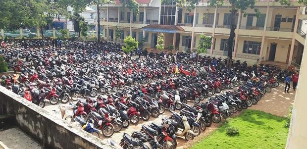 Sướng mắt: Hàng trăm chiếc xe máy xếp gọn đều tăm tắp, đỗ chật kín trong sân trường - Ảnh 1.