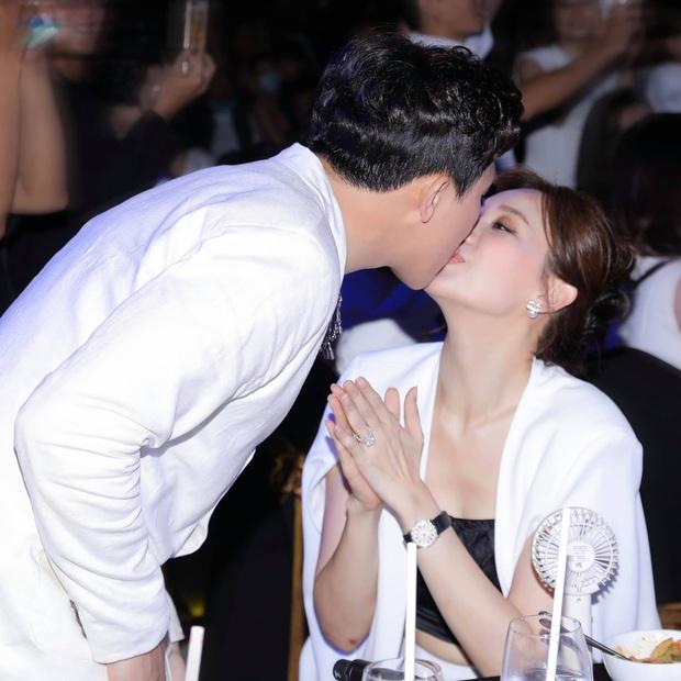 Cách Trấn Thành đáp trả tranh cãi thể hiện tình cảm: Không ngại hôn môi Hari Won đầy ngọt ngào giữa sự kiện - Ảnh 3.