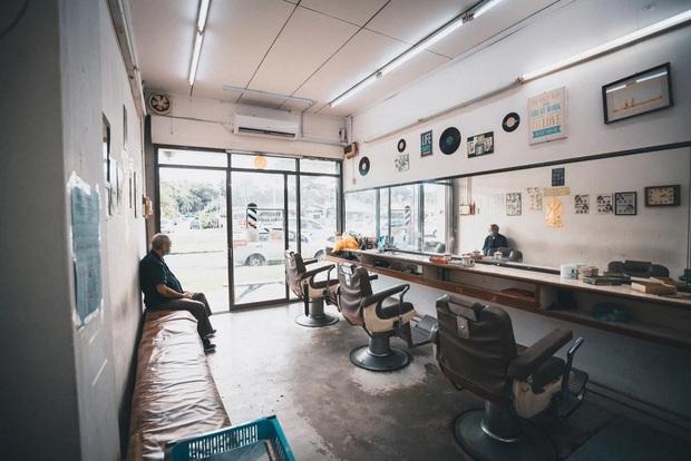 Tiệm cắt tóc hoạt động suốt 3 thập kỉ đóng cửa vĩnh viễn vì Covid-19, hình ảnh người thợ già lầm lũi ngày cuối cùng khiến nhiều người rơi nước mắt - Ảnh 4.