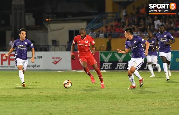Nụ cười đầy ẩn ý của tuyển thủ U23 Việt Nam sau khi khiến Thành Chung hối hận vì sai lầm sơ đẳng, chán đến mức không muốn bắt tay đối thủ - Ảnh 1.