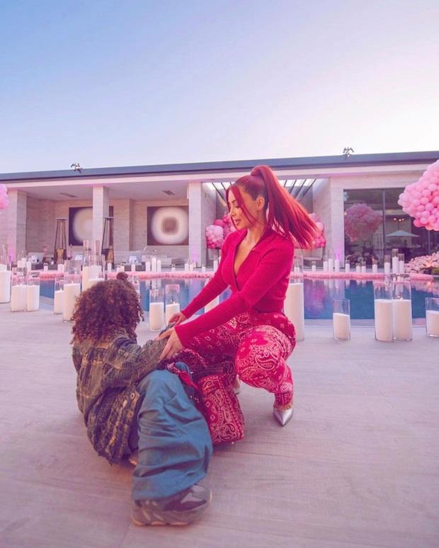 Động thái đầu tiên của Kim Kardashian sau khi Kanye West tranh cử Tổng thống Mỹ: Khoe diện mạo mới, body sexy bỏng mắt - Ảnh 2.