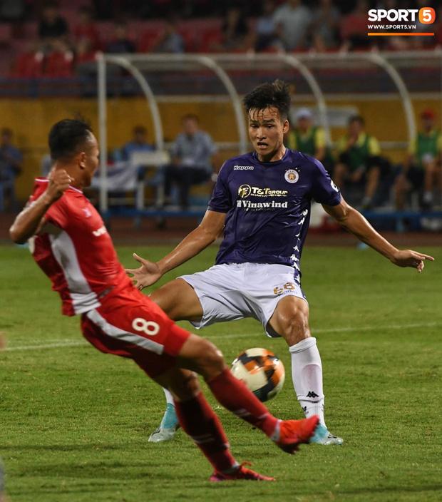 Nụ cười đầy ẩn ý của tuyển thủ U23 Việt Nam sau khi khiến Thành Chung hối hận vì sai lầm sơ đẳng, chán đến mức không muốn bắt tay đối thủ - Ảnh 3.