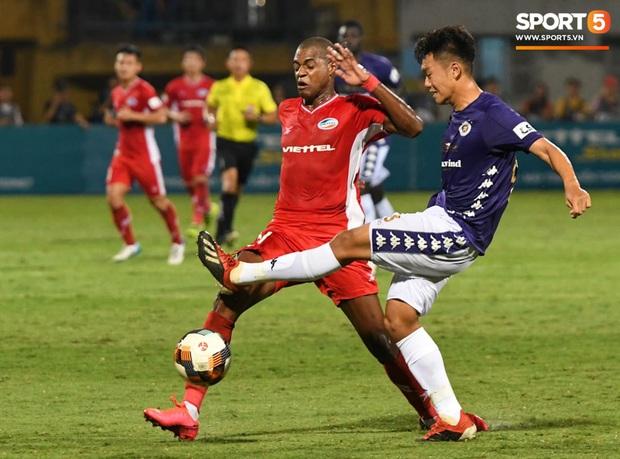 Nụ cười đầy ẩn ý của tuyển thủ U23 Việt Nam sau khi khiến Thành Chung hối hận vì sai lầm sơ đẳng, chán đến mức không muốn bắt tay đối thủ - Ảnh 2.