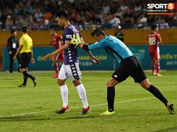 Nụ cười đầy ẩn ý của tuyển thủ U23 Việt Nam sau khi khiến Thành Chung hối hận vì sai lầm sơ đẳng, chán đến mức không muốn bắt tay đối thủ - Ảnh 7.