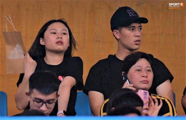 Đình Trọng cùng bạn gái đến sân Hàng Đẫy cổ vũ trận Hà Nội gặp Viettel, Duy Mạnh có hành động chăm sóc đặc biệt với em nhỏ - Ảnh 1.