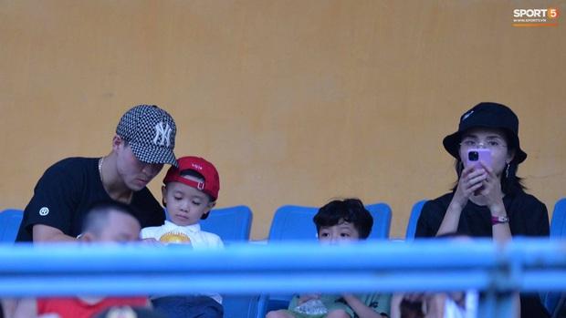 Đình Trọng cùng bạn gái đến sân Hàng Đẫy cổ vũ trận Hà Nội gặp Viettel, Duy Mạnh có hành động chăm sóc đặc biệt với em nhỏ - Ảnh 4.