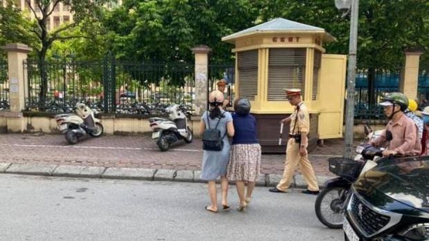 Phòng CSGT Hà Nội khẳng định không có chuyện CSGT kéo ngã hai người phụ nữ đi xe máy - Ảnh 1.