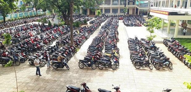 Sướng mắt: Hàng trăm chiếc xe máy xếp gọn đều tăm tắp, đỗ chật kín trong sân trường - Ảnh 2.