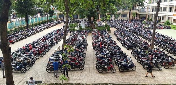 Sướng mắt: Hàng trăm chiếc xe máy xếp gọn đều tăm tắp, đỗ chật kín trong sân trường - Ảnh 3.