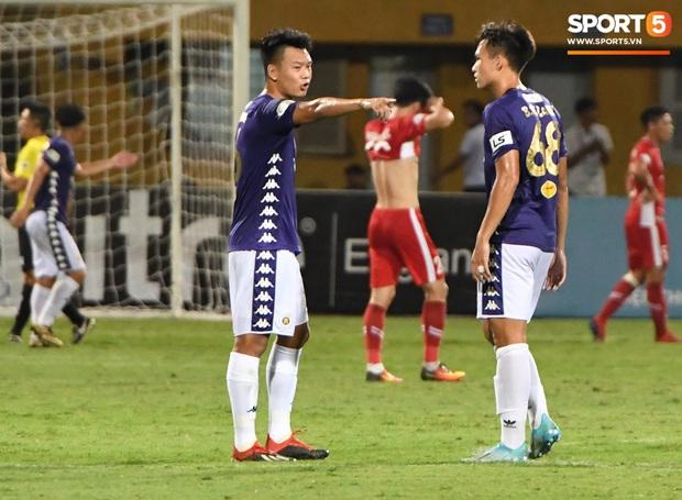 Nụ cười đầy ẩn ý của tuyển thủ U23 Việt Nam sau khi khiến Thành Chung hối hận vì sai lầm sơ đẳng, chán đến mức không muốn bắt tay đối thủ - Ảnh 8.
