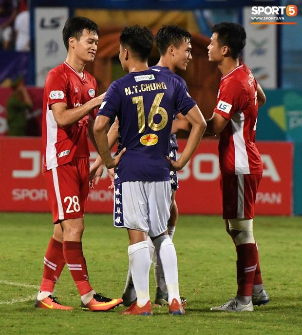 Nụ cười đầy ẩn ý của tuyển thủ U23 Việt Nam sau khi khiến Thành Chung hối hận vì sai lầm sơ đẳng, chán đến mức không muốn bắt tay đối thủ - Ảnh 5.