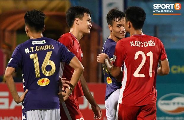 Nụ cười đầy ẩn ý của tuyển thủ U23 Việt Nam sau khi khiến Thành Chung hối hận vì sai lầm sơ đẳng, chán đến mức không muốn bắt tay đối thủ - Ảnh 6.