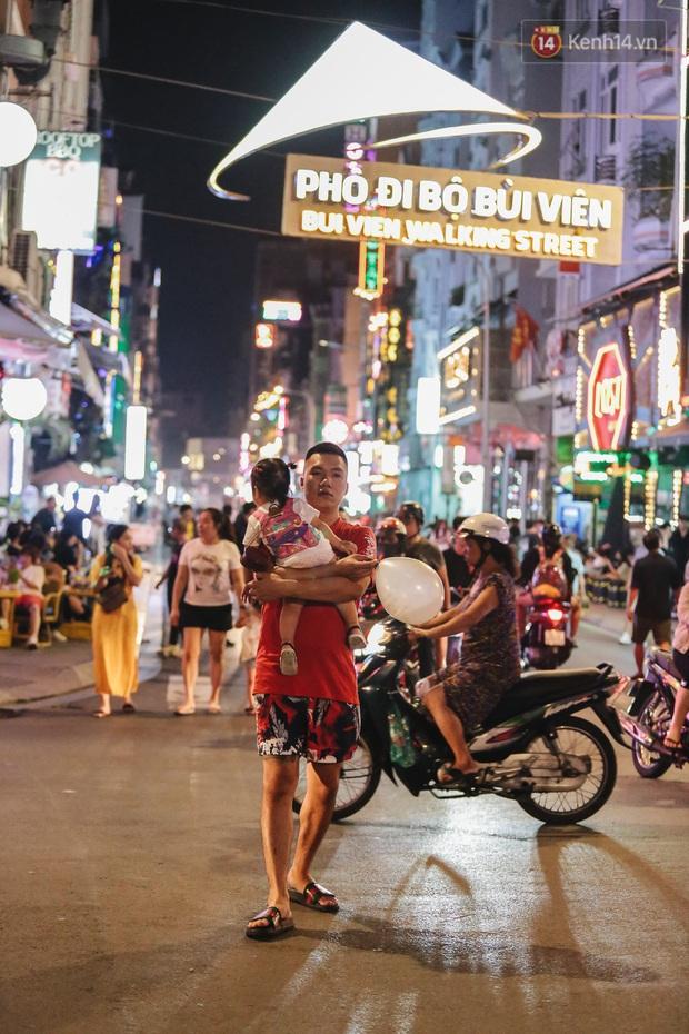 Kinh tế đêm ở phố Tây Sài Gòn đang cầu cứu: Nhân viên... năn nỉ khách Việt vào quán, cầm cự vượt qua khủng hoảng - Ảnh 1.