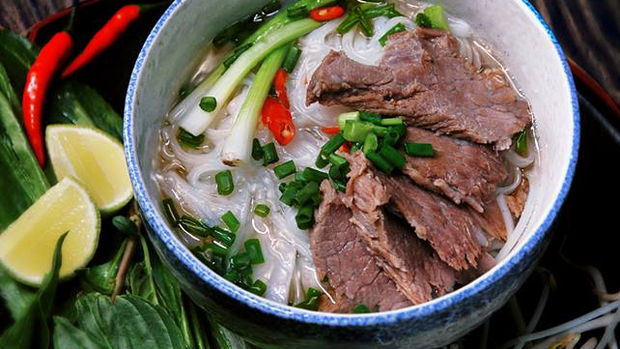 Đầu bếp có hàng triệu người theo dõi trên Tiktok khoe làm phở Việt Nam, nhưng lại pha mì với thứ nước kỳ quặc, bị dân mạng ném đá không hiểu thì đừng có làm - Ảnh 2.